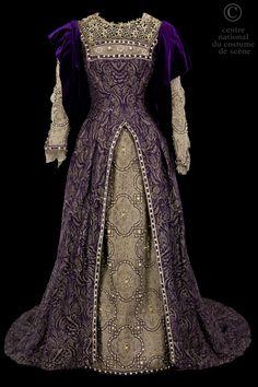 Robe de style Renaissance. Dessus de robe en brocard violet et or garni de perles ; sous jupe en lame vieil argent et perles. Guimpe. Drapé en velours violet aux manches. 1882