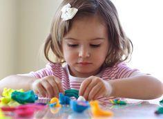 Rolar, sentar, andar, correr, pular... Ao longo dos primeiros anos de vida, a criança desenvolve diversas habilidades motoras, adquiridas cada uma a seu tempo. Para ajudar seu filho nessa jornada, deixe a ansiedade de lado e aprenda a estimulá-lo em cada fase – mas sem exageros!