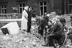 The King and Queen chat to Air Raid Precautions staff while surveying the wreckage at Buckingham Palace after a bomb hit their home in September 1940 London History, British History, King George 6, King's Speech, The Blitz, British Monarchy, Interesting History, Buckingham Palace, British Royals