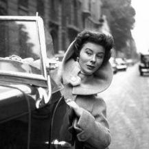 Bettina Graziani, née Simone Bodin. Elle fut l'égérie de grands couturiers, tels qu'Hubert de Givenchy ou Christian Dior, et de photographes de renom, dont Henri Cartier-Bresson, Irving Penn, Robert Doisneau, et Mario Testino. Jacques Fath, couturier majeur de l'après-guerre, en avait fait son mannequin vedette.