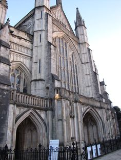 The imposing gothic cathedral of Winchester,built in the VII century, is one of longest cathedrals in Europe. If you go in, you will definitely appreciate the colored glasses, the wooden choir and the marble vaults.