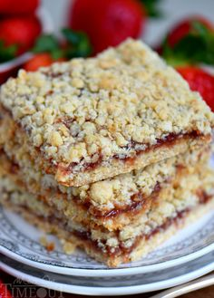 Dessert has never been easier or more delicious than with these 4 Ingredient Strawberry Oat Crumb Bars Serve warm with ice cream for an exceptionally delicious treat Mom. Strawberry Bars, Strawberry Oatmeal, Strawberry Recipes, Easy Desserts, Delicious Desserts, Dessert Recipes, Yummy Food, Bar Recipes, Pretzel Desserts