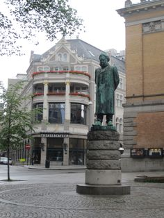'theatercafeen' in background, statue of ibsen at the entrance to 'nationaltheatret'.. oslo, norway