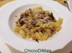 Pasta con pancetta e radicchio (ricetta veloce). Ricetta di un primo piatto facile e veloce la pasta con pancetta e radicchio mantecata con acqua di cottura