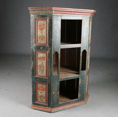 Hjørnehengeskap med rosemalte fyllinger 1700/1800 t. H: 113 cm. Dører fjernet. Rest. Prisantydning: ( 3000 - 4000) Solgt for: 2200