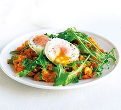 Sweet potato hash with poached eggs & rocket - Healthy Food Guide