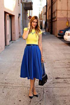 Девушка в юбке миди и желтом топе