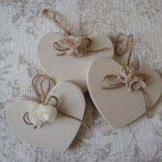 Cuori in legno con fiori in tessuto