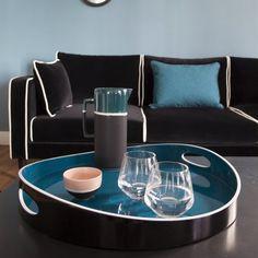 """Un plateau tout en courbes. Pour décorer une table, accueillir des bougies ou des vases comme un repas, ce plateau a été imaginé comme un paysage à poser sur une table. Un dialogue entre forme, courbe et lumière où on retrouve les deux couleurs stars de la Maison Sarah Lavoine : le noir et le bleu. Plateau """"Tray"""""""
