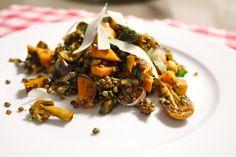 Healthy lunch: linzensalade met zoete aardappel, aubergine en paddestoelen