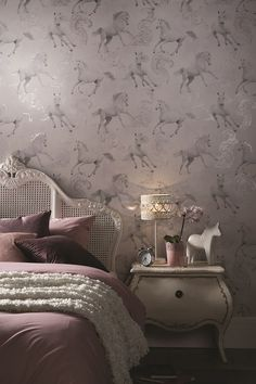 Horse wallpaper with glitter detailing.