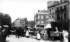 De lappenmarkt op de noordoosthoek van de Neude te Utrecht. 1895-1905 Utrecht, Old Paintings, Vintage Photographs, Old Pictures, Historical Photos, Holland, Dutch, Street View, Black And White