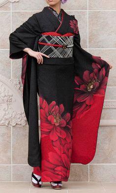 Even in kimono, I'm not generally a fan of the large motif; but this is extraordinary in how well the patterns and colors of kimono, obi, etc., work together. Traditioneller Kimono, Moda Kimono, Furisode Kimono, Kimono Japan, Black Kimono, Fringe Kimono, Traditional Kimono, Traditional Fashion, Traditional Dresses