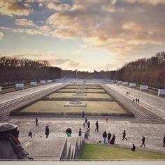 7.000 sovjetiske soldater hviler her. Kæmpe monument over en kæmpe indsats og tab af liv. Største sovjetiske monument udenfor nutidens Rusland. Bygget kort efter anden verdenskrig. Renoveret og vedligeholdt af den tyske regering og Berlin efter det og andre mindesmærker og gravsteder blev overdraget fra Rusland til Tyskland.