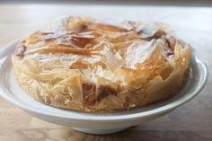 Ein Apfelkuchen der einfach zum Zubereiten ist und super lecker schmeckt. Ein besonderer Apfelkuchen mit Quark und knusprigem Filoteig.