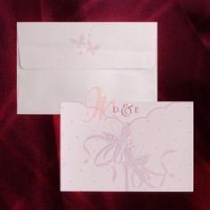 Invitatie din carton alb cu design roz, prezinta un decupaj prin care se pot vedea initialele mirilor imprimate. Invitatia se inchide cu ajutorul a doi fluturasi. Textul se imprima pe un carton din interior care se prinde in trei colturi decupate. Plicul mov cu fluturasi este inclus in pret. #invitatii de #nunta, #invitatii #elegante, #invitatii #superbe, #invitatii #fluturasi, #invitatii #roz, #accesorii #nunta