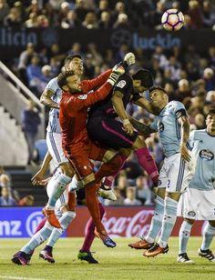 Luis Suárez pelea un balón aéreo durante el partdio.