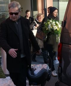 """Sauli Niinistö, Jenni Haukio ja vauva poistuivat sairaalasta - Jenni Haukio: """"Voin hyvin!"""""""