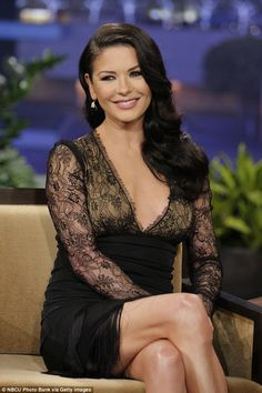 Catherine Zeta-Jones: 'Tonight Show with Jay Leno' Visit!: Photo Catherine Zeta-Jones flashes a big smile while making an appearance on The Tonight Show with Jay Leno on Monday (January in Burbank, Calif. Catherine Zeta Jones, Gorgeous Women, Beautiful People, Lancaster, Actrices Hollywood, Oscar, Perfect Body, Beautiful Actresses, Pretty Woman