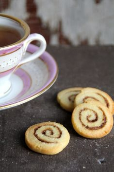 Same concept as a cinnamon roll just made as a cookie. (in Norwegian) Cinnamon Roll Cookies, Cinnamon Rolls, Cute Cookies, Yummy Cookies, Buttery Shortbread Cookies, Delicious Cookie Recipes, Cookie Cups, Chocolate Chip Cookies, Christmas Cookies