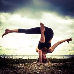 Twisted one-arm tripod headstand wit leg variation
