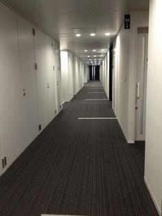 廊下の床にも白いサイン