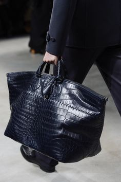 Bottega Veneta Fall 2013 Menswear Fashion Show – Men's style, accessories, mens fashion trends 2020 Tote Handbags, Purses And Handbags, Fashion Bags, Womens Fashion, Fashion Handbags, Man Fashion, Trendy Fashion, Big Bags, Men's Bags