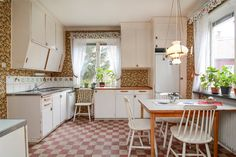 Such a dream kitchen. Saved through decades, with traces from the and That's a homely place to me. Kitchen Interior, Kitchen Inspirations, Dream Kitchen, Interior, Eclectic Home, Vintage Kitchen, Home Kitchens, Cute Kitchen, Eclectic Furniture