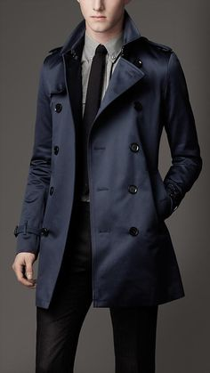 Mercury Mid-length Cotton Garbadine Trench Coat from Burberry Trenchcoat Men, Burberry Trench Coat Men, Navy Trench Coat, Top Mode, Look Man, La Mode Masculine, Gentleman Style, Coat Dress, Mens Fashion