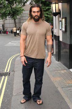 """Aquaman"" god Jason Momoa is seen out and about in London. Jason Momoa Aquaman, Mens Hairstyles With Beard, Cool Hairstyles For Men, Jason Momoa Body, Man Character, Mens Flip Flops, Mens Clothing Styles, Bearded Men, Moda Masculina"