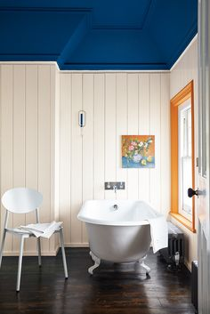 Home Decor Styles Vintage Bathroom with Bold Paint.Home Decor Styles Vintage Bathroom with Bold Paint Wallpaper Wall, Painting Wallpaper, Wallpaper Ideas, Wallpaper On The Ceiling, Colored Ceiling, White Ceiling, Little Greene Farbe, Peinture Little Greene, Blue Ceilings