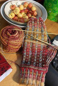 Beautiful color work. The yarn is beautiful.
