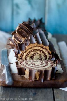 Schoko-Espresso Buche de Noel This has both coffee and chocolate and sounds awesome. Köstliche Desserts, Christmas Desserts, Christmas Baking, Dessert Recipes, Christmas Yule Log, French Desserts, Christmas Cakes, Plated Desserts, Yule Log Cake