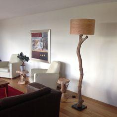 Lámpara de pie hecha de troncos de roble y pantalla de chapa de madera.