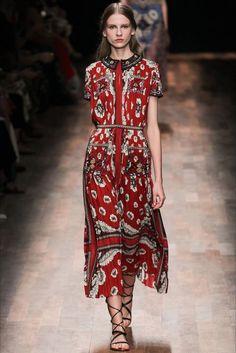 Guarda la sfilata di moda Valentino a Parigi e scopri la collezione di abiti e accessori per la stagione Collezioni Primavera Estate 2015.