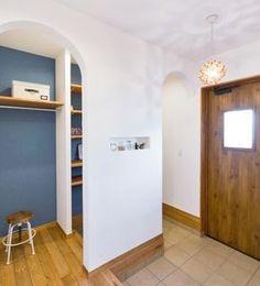 地中海に佇むおうちのようなcasa carinaモデルハウス Craft Shelves, Shoe Room, Interior Architecture, Interior Design, House Entrance, Brown Wood, Mudroom, Colorful Interiors, Tall Cabinet Storage