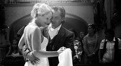 Romantischer Tanz in der Kirche