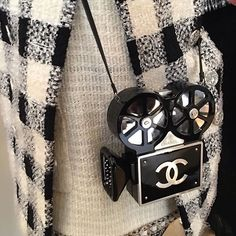 arm candy from the Métiers d'Arts collection by lookmagazine Chanel Paris, Coco Chanel, Pop Bag, Anna Dello Russo, Coco Mademoiselle, Kelly Bag, Lesage, Beautiful Bags, Girly Things