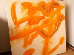 16 november 2014. Vanmorgen rommelde ik wat in mijn atelier aan het doek, waar ik eerder de paperclips vanaf sloopte. Er zit nu een hart van gouden houtjes op en ik deed vast wat oranje voorwerk voor een volgende sessie. Wordt vervolgd!