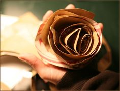 These fabulous DIY paper bag flowers are a great eco-friendly wedding bouquet alternative and one of the best ways I've seen to recycle your grocery paper bags Diy Projects Eco Friendly, Eco Friendly Paper, Handmade Flowers, Diy Flowers, Flower Diy, Diy Paper Bag, Paper Crafts, Diy Crafts, Paper Bag Flowers