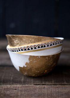 DIY: Customize paper bowls with gold leaf & masking tape. Kintsugi, Ceramic Pottery, Ceramic Art, Ceramic Bowls, Cerámica Ideas, Paper Bowls, Paperclay, Kitchenware, Dinnerware