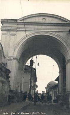 Quito. Arco de la Reina en 1925, construido en 1720 (visto de sur a norte)