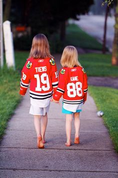 Two young female Chicago Blackhawks fans flaunt the jerseys of their favorite players. Chicago sports prove they have fans of all demographics. Women's Hockey, Hockey Baby, Blackhawks Hockey, Chicago Blackhawks, Hockey Rules, Funny Hockey, Hockey Stuff, Cute Sister Pictures, Football Game Attire