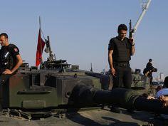 Policiais turcos leais ao governo, sobem em tanque abandonado por rebeldes na Ponte de Bosphorus, em Istambul (Foto: AP Foto/Emrah Gurel)