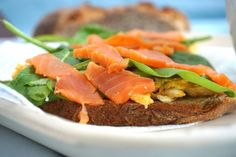Ei,  Spinat und Lachs auf Dinkel-Nuss-Brot!