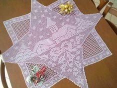Miss_mOOns Univers: Hæklet juledug med kirke Crochet Tablecloth, Crochet Doilies, Crochet Christmas Ornaments, Christmas Crafts, Christmas And New Year, Christmas Holidays, Xmas, Yarn Crafts, Diy And Crafts