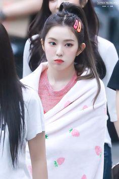 """""""Irene with her blankets : a adorable and devastating thread"""" Cute Girls, Cool Girl, Redvelvet Kpop, Red Velvet Irene, Seulgi, Beautiful Asian Girls, Ulzzang Girl, Swagg, Korean Girl Groups"""