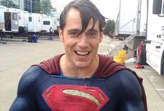 Henry Cavill straccia tutti con l'Ice Bucket Challenge nei panni di Superman