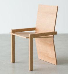 Der #Stuhl drei p o besteht aus 2 massiven Eichenbeinen, einer Sitzschale und einer Lehne welche als 3. Bein fungiert.