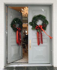 Front door color: Iced marble by Benjamin Moore. House is Rachel Parcell. Front Door Design, Front Door Colors, Merry Christmas And Happy New Year, Christmas Home, Christmas Planters, Christmas Parties, Rustic Christmas, Christmas Christmas, Christmas Ideas
